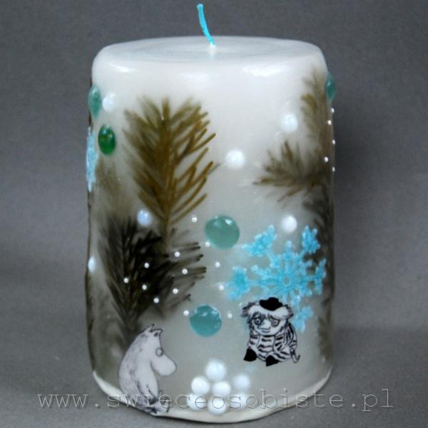 """Świeca zimowa z papierowymi postaciami z """"Muminków"""" Tove Jansson, szydełkowymi śnieżynkami, szklanymi kamykami i koralikami, duża"""