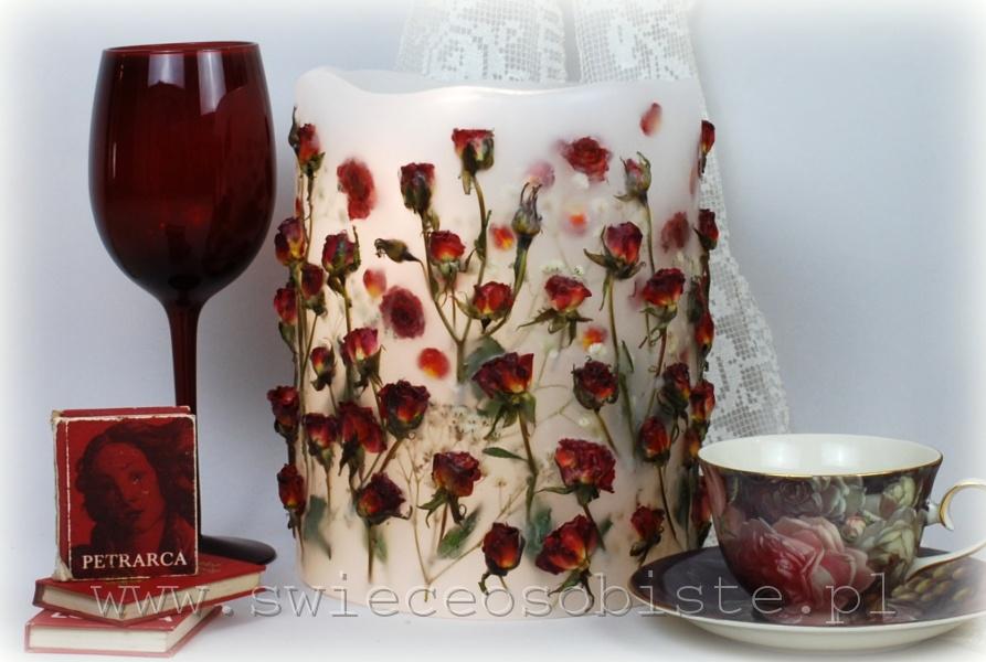Lampion parafinowy z czerwonymi różyczkami, wysokość ok. 22 cm, średnica 17 cm