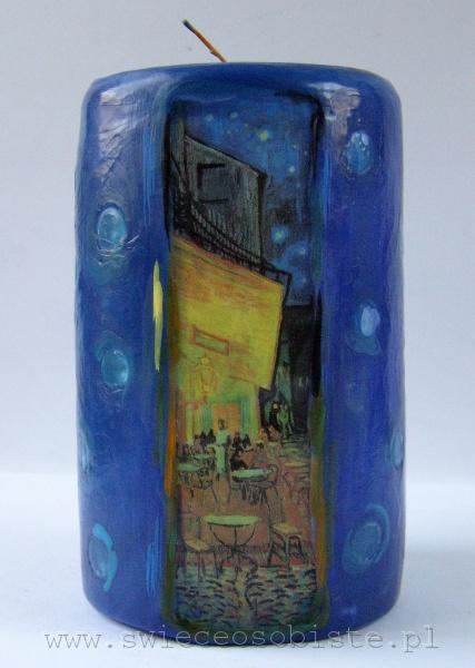 """duża świeca z fragmentem obrazu Vincenta van Gogha """"Kawiarniany taras"""""""