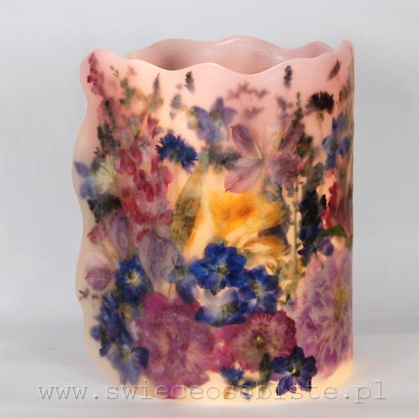 Lampion parafinowy z suszonymi kwiatami ogrodowymi: piwoniami, ostróżkami, lewkoniami, alstremerią, frezjami, chabrami, lawendą i saxifragą. Wysoki ok. 26 cm, średnica ok. 18 cm.
