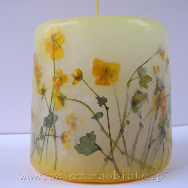 świeca z żółtymi kwiatkami, mała