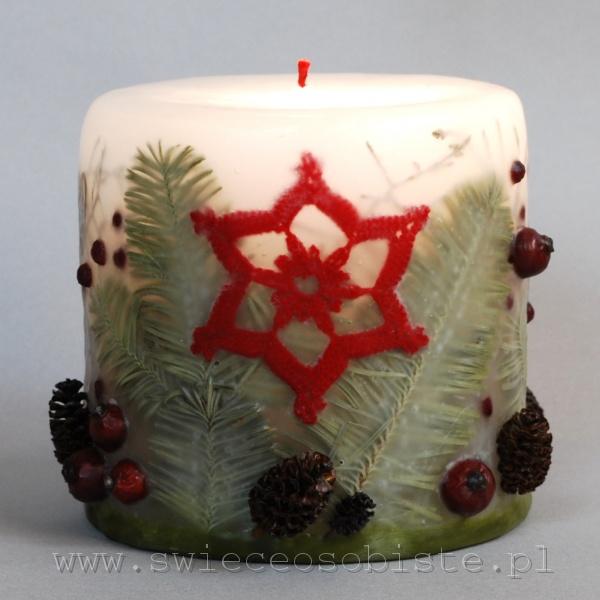 Świeca świąteczna z szydełkową gwiazdką, szyszkami, jodłą, głogiem i owocami ostrokrzewu, mała