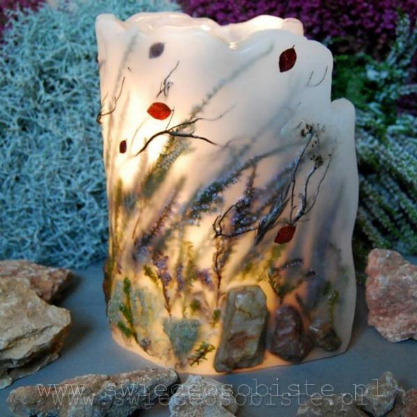 Lampion z wrzosami, listkami, mchami i skałami. Wysokość ok. 24 cm, średnica ok. 15 plus skrzydło