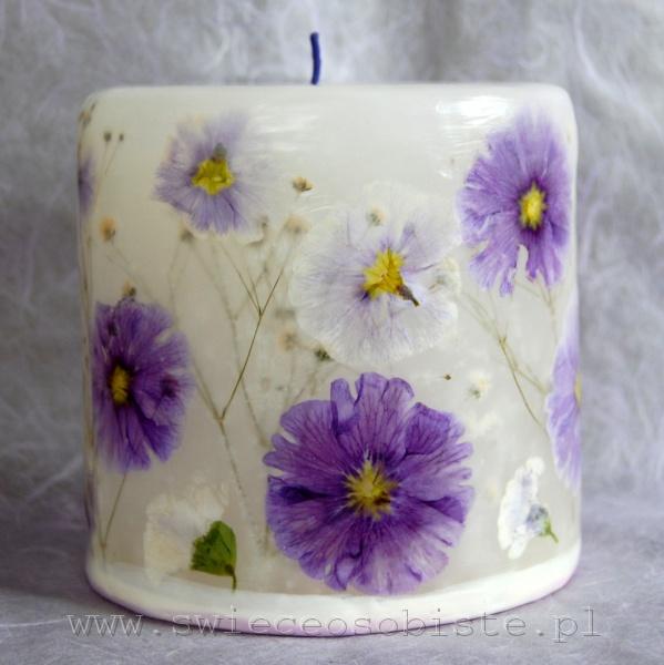 świeca z fioletowymi prymulkami, mała