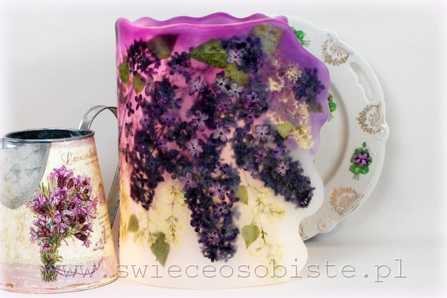 Lampion parafinowy z suszonym bzem białym i fioletowym. Wysokość ok. 25 cm, średnica 17 cm.