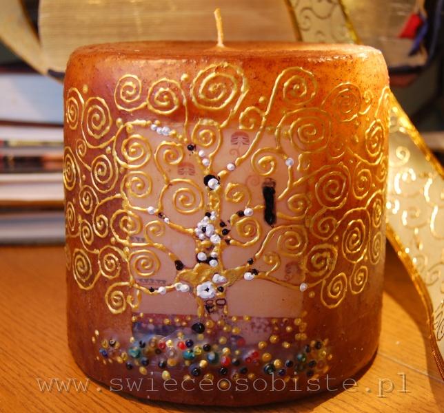 """świeca z fragmentem obrazu Gustawa Klimta """"Drzewo życia"""", barwiona prażonym imbirem"""