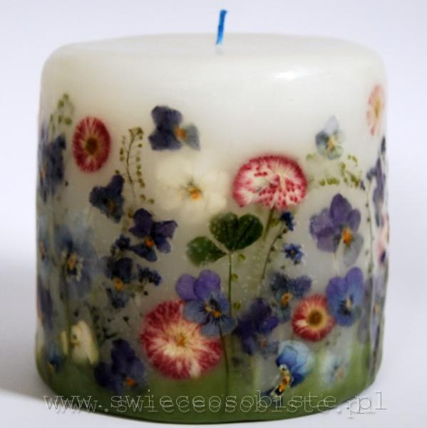 świeca z niebieskimi bratkami i różowymi stokrotkami ogrodowymi, mała