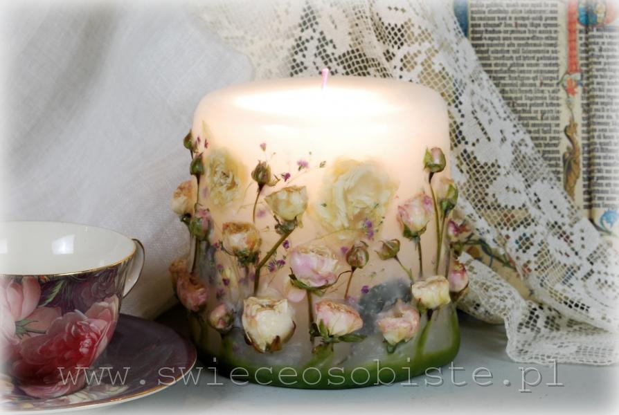 Świeca z kremowymi różyczkami, mała