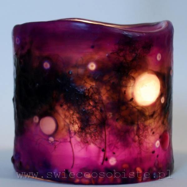 """Lampion parafinowy """"Listopadowy zmierzch"""" ze szklanymi kamykami i suszonymi gałązkami, barwiony, wysokość 14 cm, średnica 14 cm"""