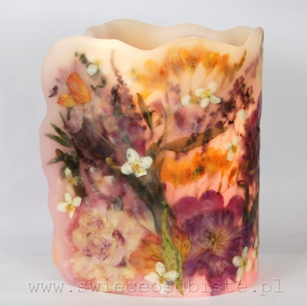 Lampion parafinowy z suszonymi kwiatami ogrodowymi: piwoniami, frezjami, alstremerią, lewkoniami, jaśminem, żurawką i tawułą. Wysoki ok. 26 cm, średnica ok. 18 cm.