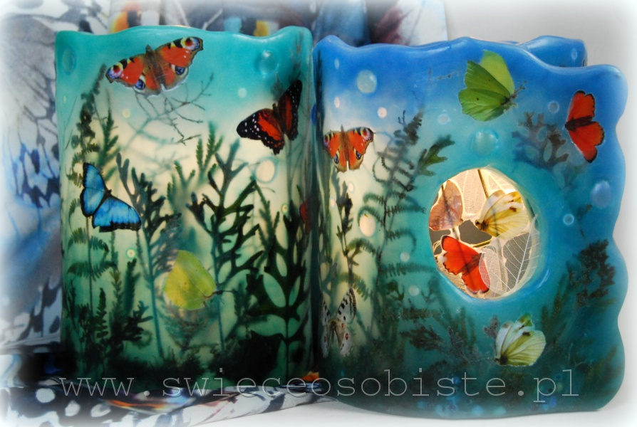 Lampion parafinowy, barwiony, z suszonymi roślinami, kamyczkami szklanymi i papierowymi motylami. Wysokość ok. 24 cm, średnica ok. 17 cm