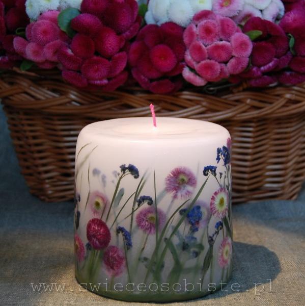 świeca ze stokrotkami ogrodowymi i niezapominajkami, mała