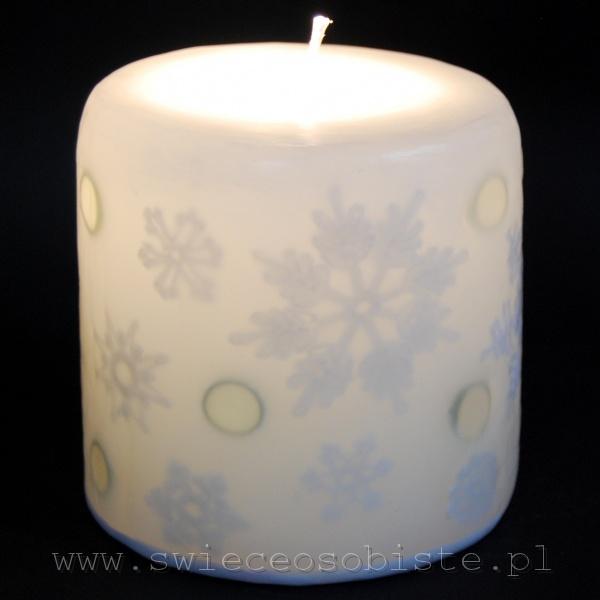 Świeca zimowa z szydełkowymi śnieżynkami i szklanymi kamykami, mała