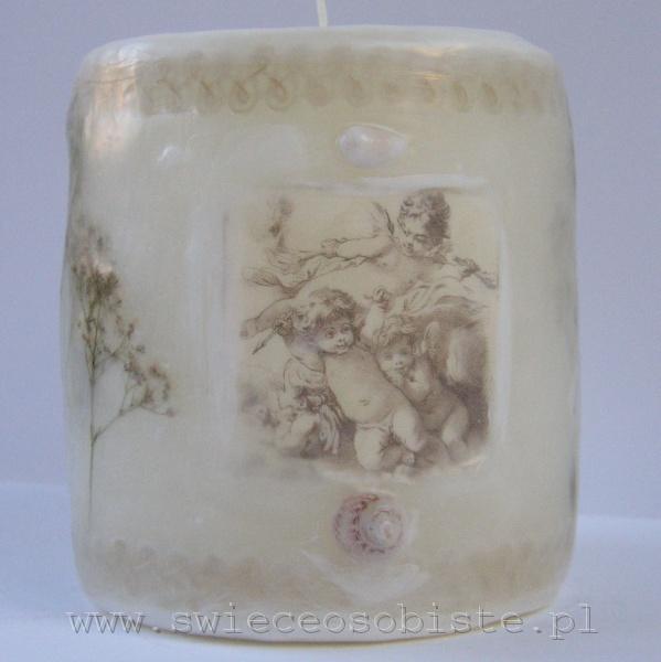 świeca z renesansową grafiką aniołków, koronką, muszelką, mała