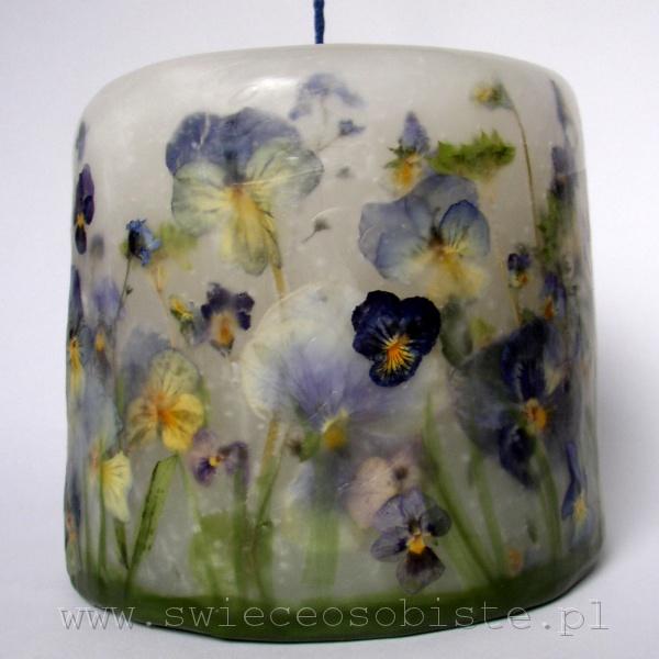 """świeca """"Ogródek"""" z różnymi kwiatami, w niebieskiej tonacji, mała"""