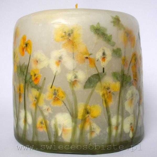 świeca z żółtymi i białymi bratkami, mała