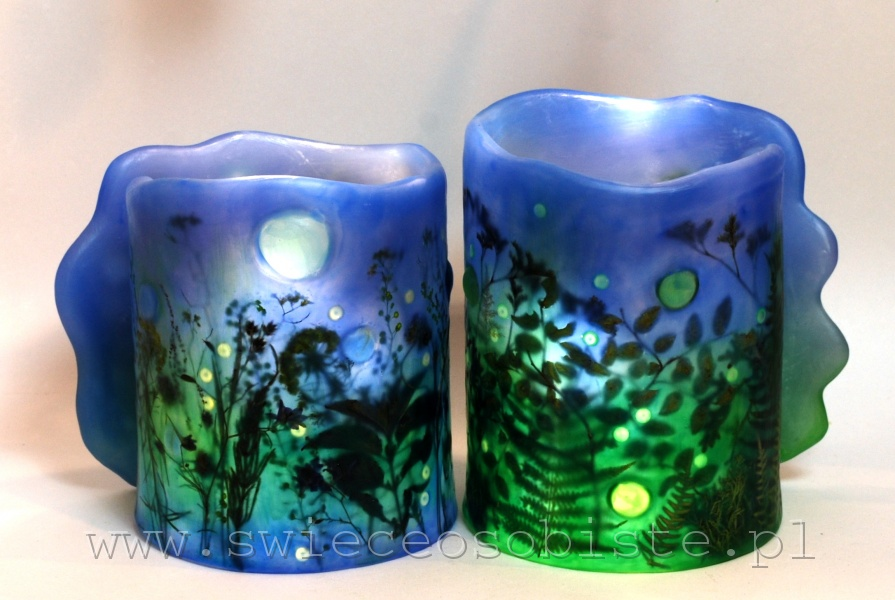 """Lampion parafinowy """"Świetliki"""" z suszonymi roślinami, szklanymi kamykami i akrylowymi kropelkami, wysokość 17 cm, średnica 14,5 cm, barwiony"""