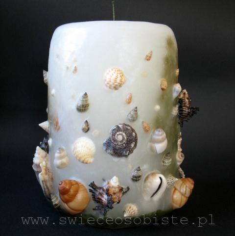 świeca morska z muszlami, piaskiem, roślinami, duża