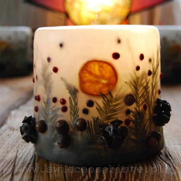 świeca świąteczna z szyszkami cyprysu, daglezją, mandarynką i owocami ostrokrzewu, mała