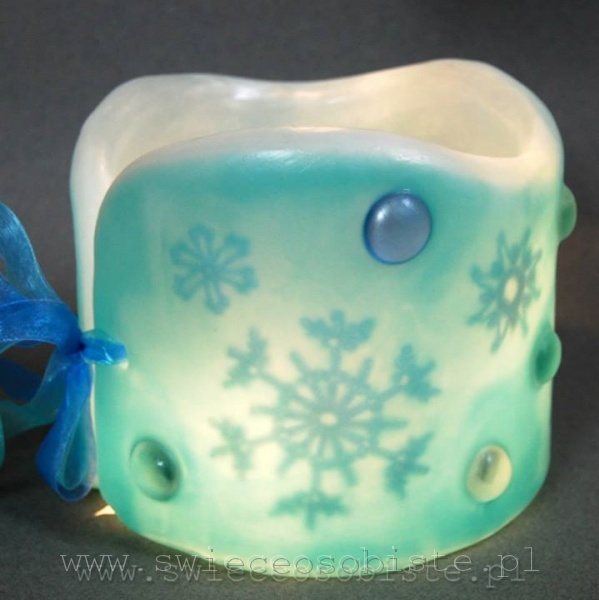 Lampionik parafinowy z szydełkowymi śnieżynkami i szklanymi kamykami, barwiony, wysokość 13 cm, średnica 13 cm