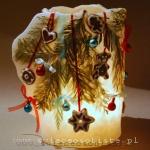 Lampion świąteczny z gałązkami świerku, pierniczkami i bombkami, 21 cm wysokości, 14,5 cm średnicy