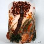 Lampion z mchem, krokosmią, różami, białym wrzosem, jarzębiną i skałami z Prowansji. Wysokość ok. 26 cm, średnica ok. 17,5 cm.