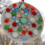 obrazek parafinowy do powieszenia na oknie lub podświetlenia żarówką ledową, o średnicy ok. 18 cm, z kolorowymi szkiełkami i koralikami