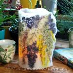 """""""Ogród botaniczny"""". Wysoki lampion parafinowy (32 cm) z suszonym bzem, tawułą, złotokapem i tamaryszkiem. Średnica 17 cm."""