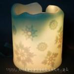 Lampionik parafinowy z szydełkowymi śnieżynkami i szklanymi kamykami, barwiony, wysokość 15 cm, średnica 13 cm