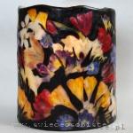 Lampion parafinowy z inspiracji Ambrosiousem Bosschaertem de Oude, barwiony, z suszonymi tulipanami, frezjami, ostróżką, jaśminem i papierowymi motylami. Wysokość 24 cm, średnica 20 cm. Na świecę lub zimną żarówkę LED