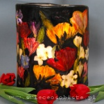 Lampion parafinowy z inspiracji Ambrosiousem Bosschaertem de Oude, barwiony, z suszonymi tulipanami, frezjami, ostróżką, jaśminem i papierowymi motylami. Wysokość 25 cm, średnica 20,5. Na świecę lub zimną żarówkę LED