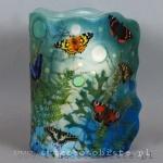 Lampion parafinowy barwiony z papierowymi motylami, suszonymi roślinami i szklanymi kroplami, wysokość ok. 23 cm, średnica 14 cm