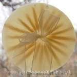 obrazek parafinowy do powieszenia na oknie lub podświetlenia żarówką ledową, o średnicy ok. 18 cm, z kłosami zbóż i wstążką tiulową
