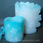 Lampionik parafinowy z szydełkowymi śnieżynkami i szklanymi kamykami, barwiony, wysokość 13 cm, średnica 13 cm. Lampion parafinowy z szydełkowymi śnieżynkami i szklanymi koralikami, wysokość 23 cm, średnica 14 cm.