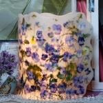 Lampion z fioletowymi bratkami i wilczomleczem, wysokość ok. 24 cm, średnica 17 cm