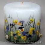 Wiosenna świeca z trawą, bratkami i skorupkami ślimaków, mała