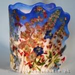 Lampion parafinowy z ostróżką, lewkonią i łubinem, barwiony, wysokość 23 cm, średnica 17 cm