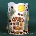 Lampion parafinowy z domkiem z piernika, migdałami, szyszkami, anyżem i świerkiem. Wysokość ok. 21 cm, średnica 14 cm
