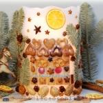 Lampion parafinowy z suszoną jodłą, domkiem z pierniczków, migdałami i szyszkami, wysokość ok. 25 cm, średnica 17 cm