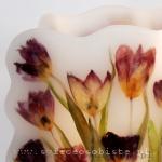 Lampiony parafinowe z suszonymi tulipanami, wysokość ok. 26 cm, średnica ok. 17 cm. Do środka wystarczy wstawić dowolną świecę.