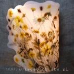 Lampion z suszonymi kwiatami i trawami, na świecę stołową lub żarówkę LED o małej mocy (nie rozgrzewającą się), średnica ok. 13 cm, ze skrzydłem 20 cm, wysokość ok. 23 cm