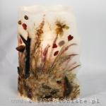 Lampion parafinowy z gałązkami, korą, skałami, wrzosami i listkami. Wysokość ok. 29 cm, średnica 18 cm. Do środka wystarczy wstawić dowolną świecę lub lampkę LED.