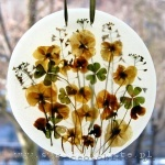 obrazek parafinowy do powieszenia na oknie lub podświetlenia żarówką ledową, o średnicy ok. 18 cm, z żółtymi bratkami