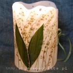 Lampion parafinowy z suszonymi konwaliami. Wysokość ok. 22 cm, średnica ok. 17 cm