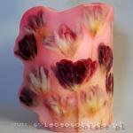 Lampion parafinowy, barwiony, z suszonymi tulipanami, wysokość 25 cm, średnica 16 cm.