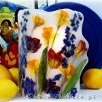 Lampion parafinowy z suszonymi żonkilami, tulipanami i ostróżką, wysoki 24 cm, średnica 17 cm