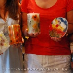 warsztaty tworzenia świec i lampionów z roślinami, kwiatami. Świece z kwiatami z formy, lampion z kwiatami z formy oraz lampion balonowy, zdobiony kwiatami