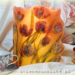 Lampion parafinowy, barwiony, z tulipanami. Wysokość 24 cm, średnica 16,5 cm.