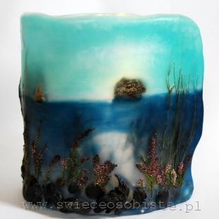 """Lampion parafinowy """"Szwedzkie wybrzeże"""" z wtopionymi kamieniami, skałami, wrzosem, muszlami i trawami, wysokość ok. 23 cm, średnica 18,5 cm"""