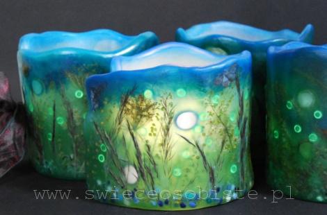 """Lampiony parafinowe """"Świetliki"""" z suszonymi roślinami, szklanymi kamykami i akrylowymi kropelkami, wysokość 13 cm, średnica 13 cm, barwione"""